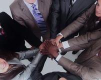 Groupe de gens d'affaires mettant leurs mains sur chaque othe Image stock