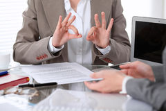 Groupe de gens d'affaires ou d'avocats lors de la réunion discutant des papiers de contrat Femme affichant le signe en bon état Photo libre de droits