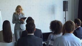 Groupe de gens d'affaires posant la question au rapport financier de Leading Presentation Discussing de femme d'affaires banque de vidéos