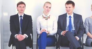 Groupe de gens d'affaires s'asseyant sur la chaise dans le bureau Groupe de gens d'affaires Images stock