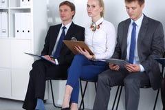 Groupe de gens d'affaires s'asseyant sur la chaise dans le bureau Groupe de gens d'affaires image stock
