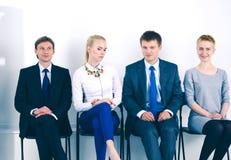 Groupe de gens d'affaires s'asseyant sur la chaise dans le bureau Groupe de gens d'affaires Photo libre de droits