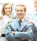 Groupe de gens d'affaires se faisant face avec le chef un homme d'affaires dans le premier plan Photographie stock