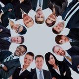 Groupe de gens d'affaires se tenant dans le petit groupe, souriant, vue d'angle faible Photo stock