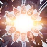 Groupe de gens d'affaires se tenant dans le petit groupe, souriant, vue d'angle faible Photographie stock