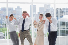 Groupe de gens d'affaires soulevant des bras comme succès Photographie stock