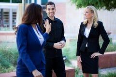Groupe de gens d'affaires souriant à l'extérieur Photographie stock libre de droits