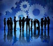 Groupe de gens d'affaires sur le monde éclatant économique Images libres de droits