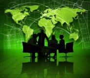 Groupe de gens d'affaires sur le monde vert économique Photographie stock
