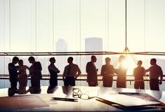 Groupe de gens d'affaires travaillant dans le bureau photo stock