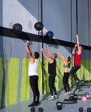 Groupe de gens de séance d'entraînement de Crossfit avec les billes et la corde de mur Image libre de droits