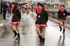Groupe de gentilles majorettes sous la pluie au défilé de carnaval, Stuttgar image stock