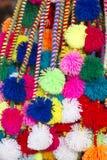 Groupe de glands péruviens colorés à vendre au marché de Cusco Photos stock