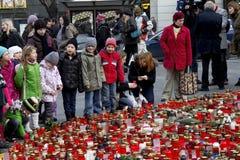 Groupe de gosses donnant l'hommage à Vaclav Havel Photographie stock libre de droits