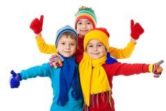 Groupe de gosses en vêtements de l'hiver et signe en bon état Image libre de droits
