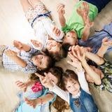 Groupe de gosses heureux Image stock