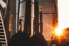 Groupe de gratte-ciel sur le coucher du soleil dramatique Photographie stock libre de droits