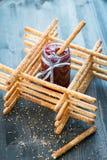 Groupe de gressins faits maison de grissini dans un pot en verre sur la surface en bois Photo stock