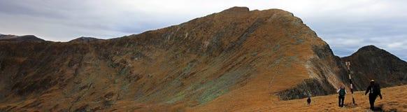 Groupe de grimpeurs allant la montagne Image libre de droits