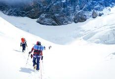 Groupe de grimpeurs atteignant le sommet nepal photo stock