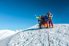 Groupe de grimpeurs restant sur la crête couronnée de neige de l'Himalaya photos libres de droits