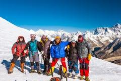 Groupe de grimpeurs restant sur le passage couronné de neige de l'Himalaya Photos libres de droits
