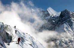 Groupe de grimpeurs sur des montagnes Image stock