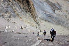 Groupe de grimpeurs sur le glaicer Photo stock