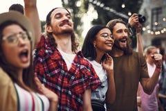 Groupe de hippies gais passant le temps dehors photographie stock libre de droits