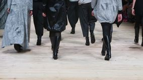 Groupe de jambes sur le défilé de mode clips vidéos