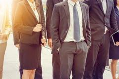 Groupe de jeune équipe heureuse d'affaires, gens d'affaires marchant le bureau extérieur ensemble, travail d'équipe de succès photos stock