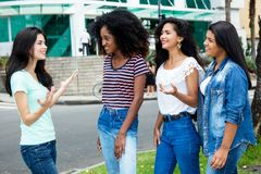 Groupe de jeune femme adulte internationale dans la discussion Photo stock