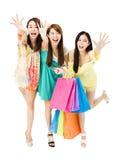 Groupe de jeune femme avec des paniers fonctionnant et attrapant Photo stock