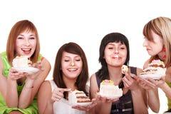 Groupe de jeune femme mangeant le gâteau. Image stock