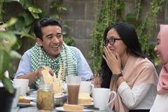 Groupe de jeune musulman heureux dînant extérieur pendant le Ramadan Photo libre de droits
