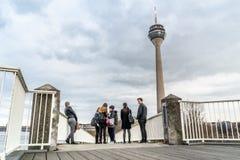 Groupe de jeune peaople appréciant la ville Photographie stock