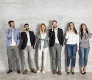 Groupe de jeune position élégante d'hommes d'affaires Image stock