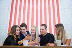 Groupe de jeunes étudiants créatifs d'hommes d'affaires avec le comprimé numérique Photo stock