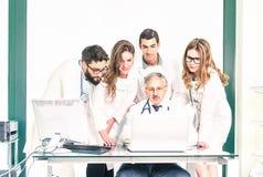 Groupe de jeunes étudiants de médecine avec le docteur supérieur à la clinique Photo stock