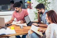 Groupe de jeunes étudiants ethniques multi se préparant aux examens Images stock