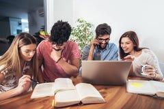 Groupe de jeunes étudiants ethniques multi se préparant aux examens Photo libre de droits