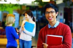 Groupe de jeunes étudiants heureux Images libres de droits
