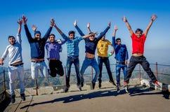 Groupe de jeunes étudiants heureux appréciant des vacances d'été Photo stock