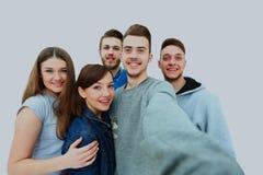 Groupe de jeunes étudiants heureux d'adolescent prenant le selfie photographie stock libre de droits