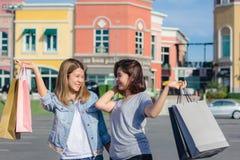 Groupe de jeunes achats asiatiques de femme sur le marché avec des paniers dans leurs mains Photo libre de droits