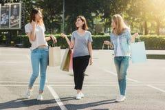 Groupe de jeunes achats asiatiques de femme sur un marché extérieur avec des paniers dans leurs mains Images stock