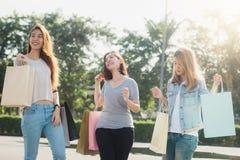 Groupe de jeunes achats asiatiques de femme sur un marché extérieur avec des paniers dans leurs mains Photo libre de droits