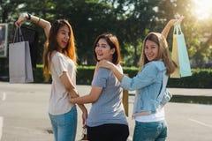 Groupe de jeunes achats asiatiques de femme sur un marché extérieur avec des paniers dans leurs mains Photos libres de droits