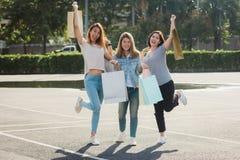 Groupe de jeunes achats asiatiques de femme sur un marché extérieur avec des paniers dans leurs mains Photo stock
