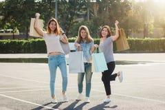 Groupe de jeunes achats asiatiques de femme sur un marché extérieur avec des paniers dans leurs mains Image stock